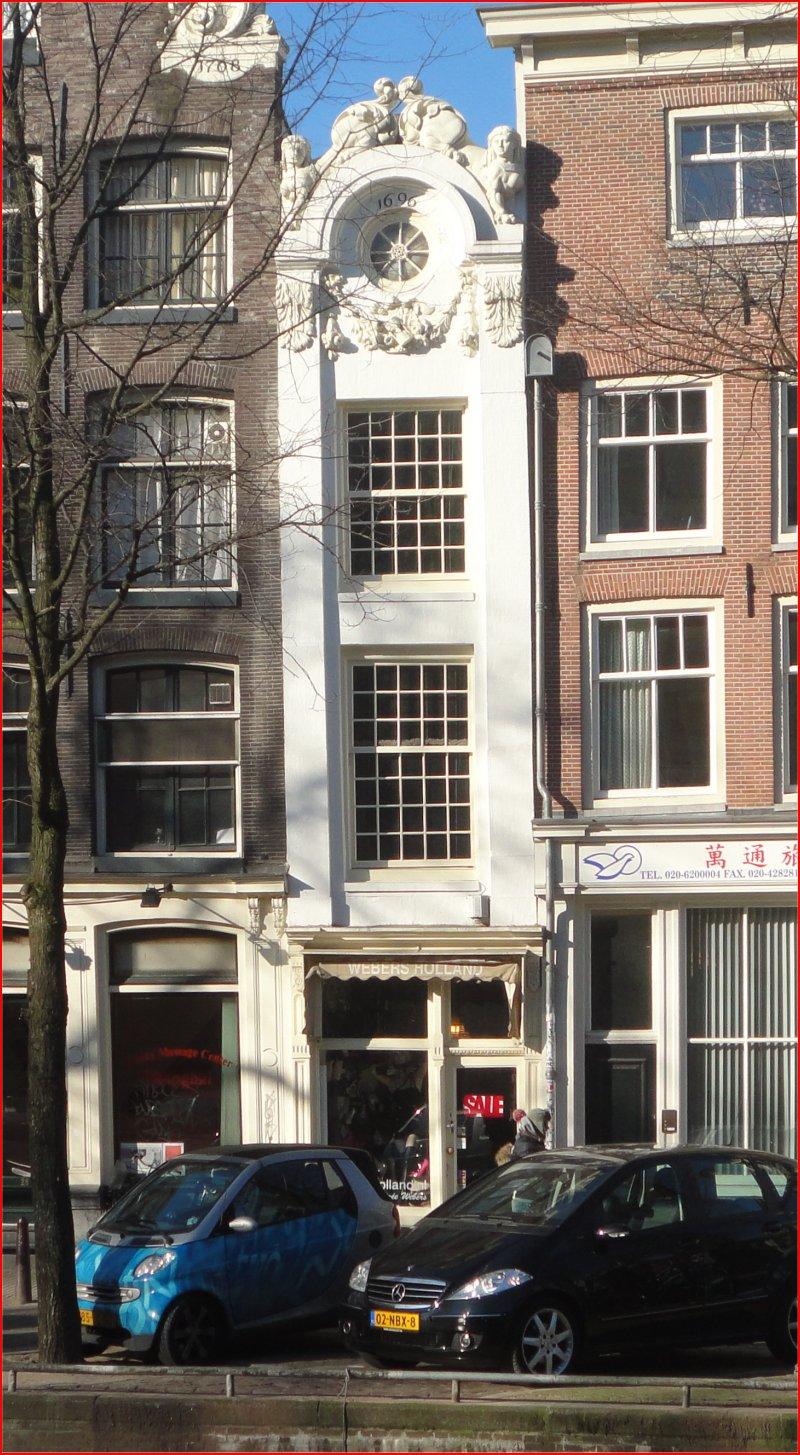 Maar de smalste voorgevel van Amsterdam tref je aan op Singel 7  Het is amper een meter breed