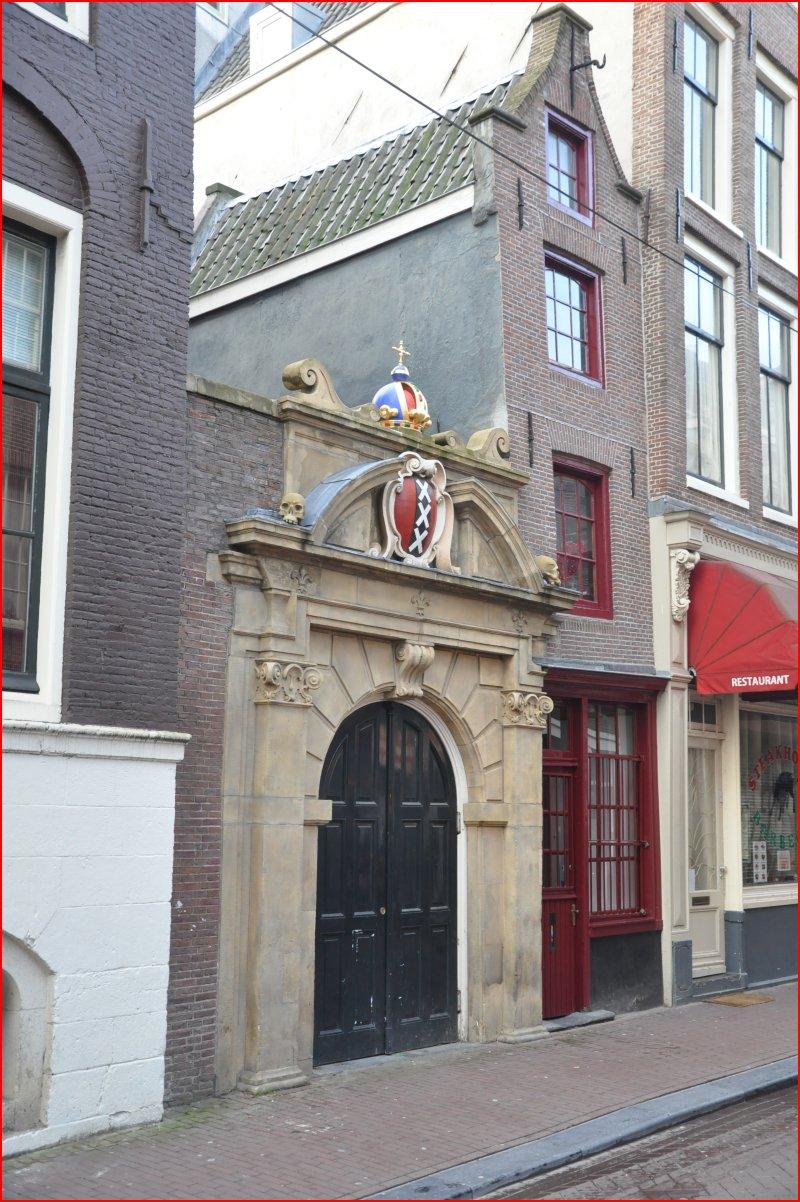 Maar de smalste voorgevel van amsterdam tref je aan op singel 7 het is amper een meter breed - Kroonluchter huis van de wereld ...